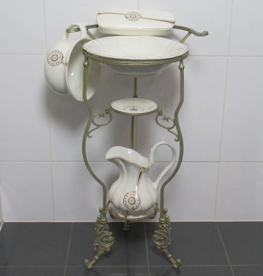 Wash set with stand antique sink basin pitcher Seifenschale night pot of gold